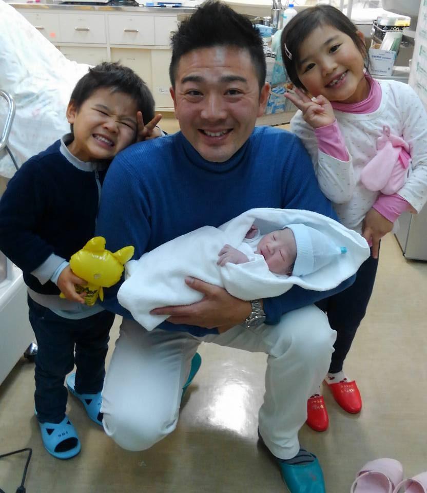 3人生まれた子供の写真